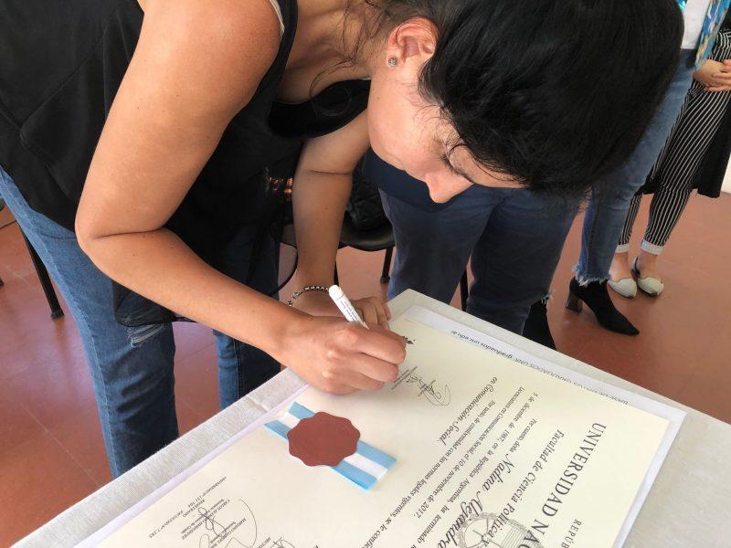 Foto de entrega de Diploma