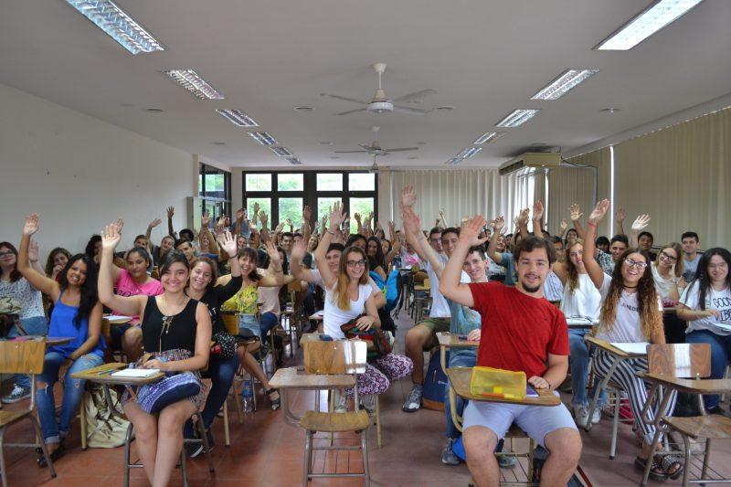 foto de aula llena de estudiantes