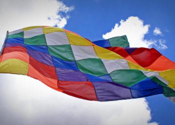 Imagen ilustrativa del Día de la Diversidad Cultural que muestra una whipala, la bandera usada por los pueblos originarios.
