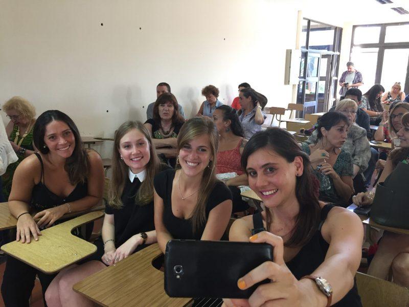 Imagen ilustrativa de estudiantes en un aula sacándose una selfie