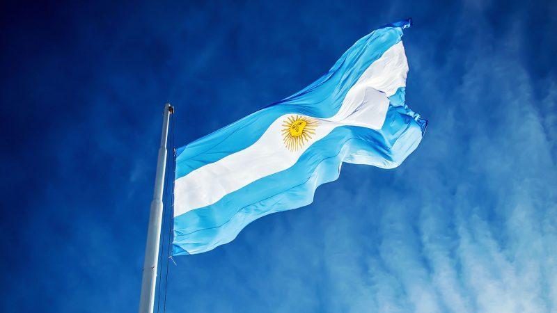 Imagen de la noticia que muestra una bandera argentina flameando en el cielo