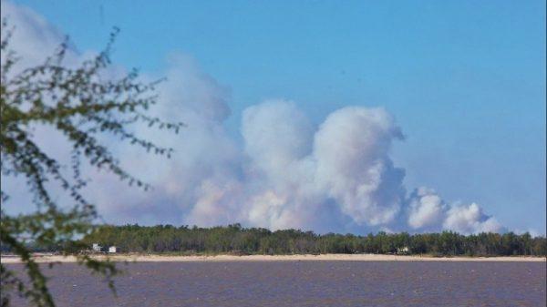 Imagen ilustrativa que muestra el rio, las islas a lo lejos y un cielo azul con mucho humo.