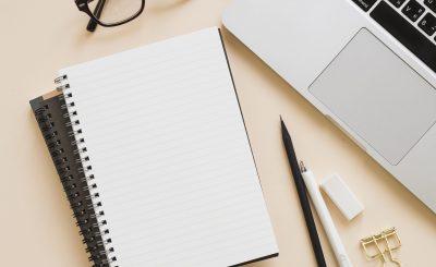 imágen que muestra Notebooks, libros, lentes y lápices: síntesis ilustrativa de exámenes finales